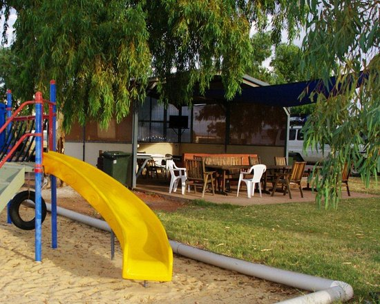 Leonora, Australia: Play area and Campers Kitchen, BBQ Facilities