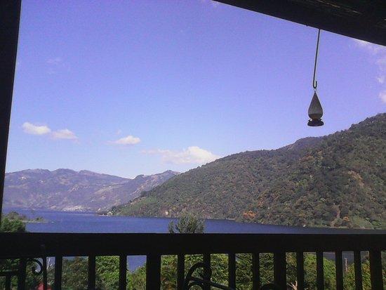 San Lucas Toliman, Guatemala: El restaurante tiene una hermosa vista hacia el lago y los colibris juegan