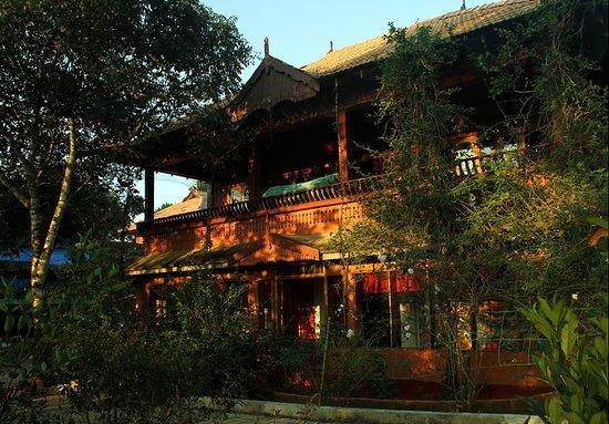 Ayurveda Yoga Villa: Le batiment principal avec la reception au Rez-de-Chaussée et le restaurant au 1er étage