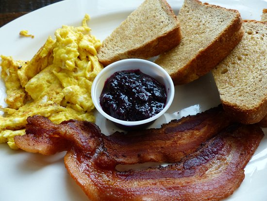 New Ross, Kanada: Locally produced eggs, bacon, toast and blueberry preserves