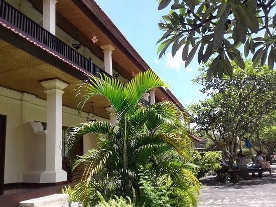 Bumas Hotel: Buitenkant gebouw met kamers