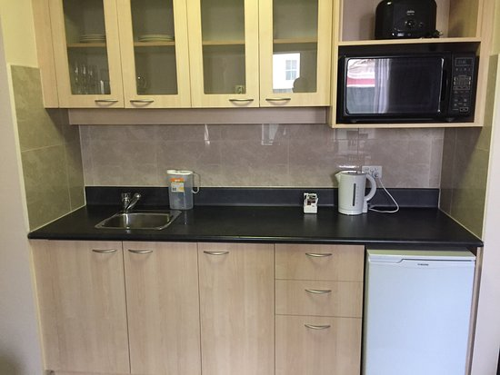 Cucina senza fornelli e balcone vista muro inutilizzabile e tende rotte picture of melbourne - Cucina senza fornelli ...