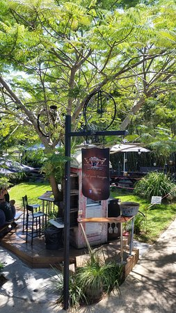 Palmwoods, Australia: The quirky outdoor dining area