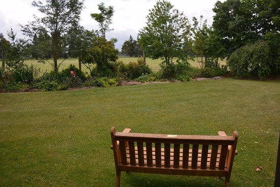 Fairlie, New Zealand: The bench near our window.
