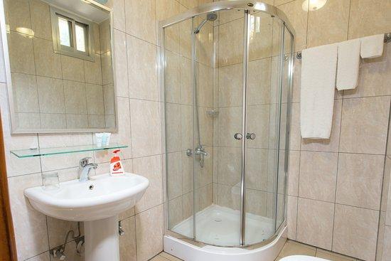 Heaven Restaurant & Boutique Hotel: Villa bathroom