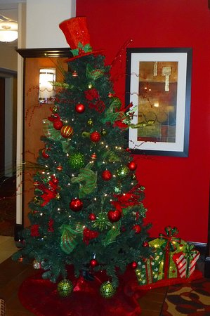 Holiday Inn Express Hotel & Suites Bainbridge: Christmas decor front lobby