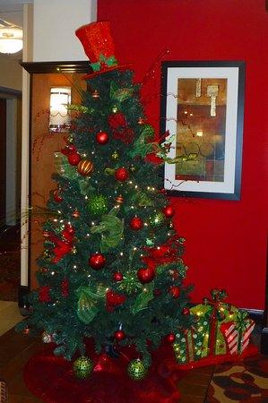 هوليداي إن إكسبريس هوتل آند سويتس بنبردج: Christmas decor front lobby