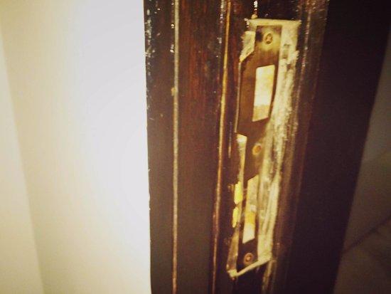 Hotel Krishna: The door lock is broken