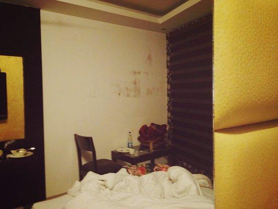 Hotel Krishna: Scratched mirrors