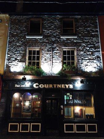 Courtney's Bar: снаружи