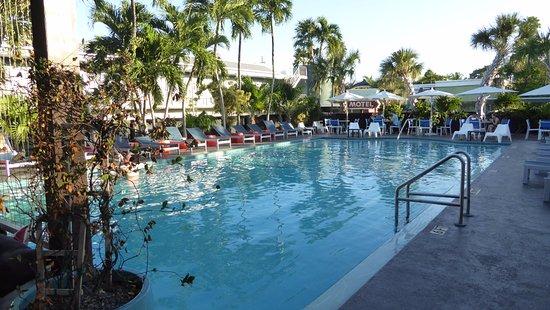 Blue Marlin Motel: Zentraler Poolbereich und Frühstücksraum