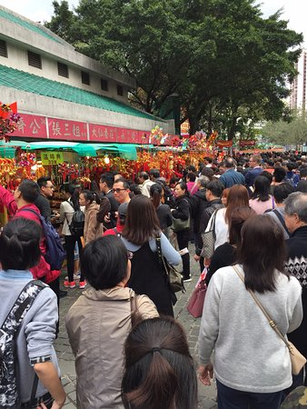 Wong Tai Sin Temple (Sik Sik Yuen Temple): Wong Tai Sin Temple - crowds at CNY