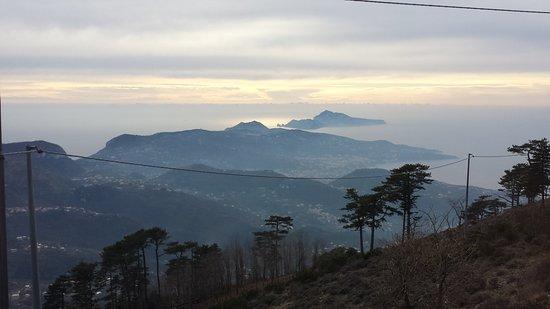 Villaggio Monte Faito, Italie : panorama dal tavolo