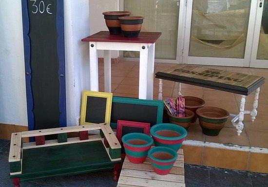 Pueblo Nuevo de Guadiaro, Spania: Kleinmöbel und Töpfe handbemalt am Samstagsmarkt vor der Restaurant