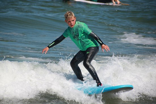 Thisted, Danemark : A happy surfer dude during a surf class in cold hawaii surf camp