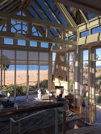 Loews Santa Monica Beach Hotel: Prachtige lobby, met uitzicht over het strand.