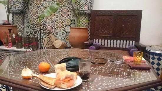 Funky Fes Hostel : Breakfast in the common area