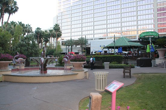 Carlos'n Charlie's Las Vegas: Arriving from Flamingo's park area outside