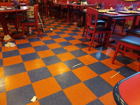 Modesto, Kalifornien: Big mess that was not cleaned during the 45 mins my family spent eating