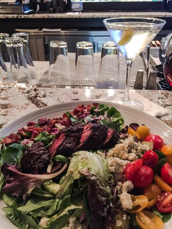 Rocky Hill, CT: Delicious steak salad and martini!