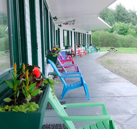 Marshfield, VT: Relax on the front porch, right outside your room.