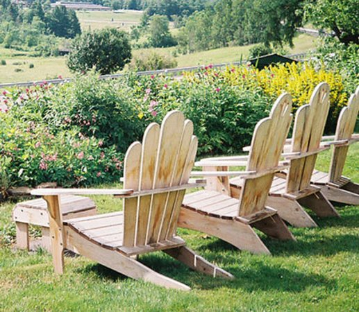 Marshfield, Βερμόντ: Watch the world go by from our Adirondack chairs.