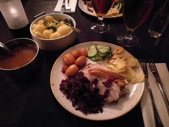 Bredsten, Dinamarca: Flæskesteg med det hele som ses. Der fået flere kartofler og sovs hvis nogen kan spise mere.