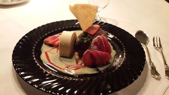 Gasthaus Zum Schwanen: Mousse au chocolat mit Ingwereis und frischen Erdbeeren