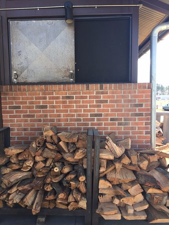 Winterville, Carolina del Norte: Wood outside smoke pit.