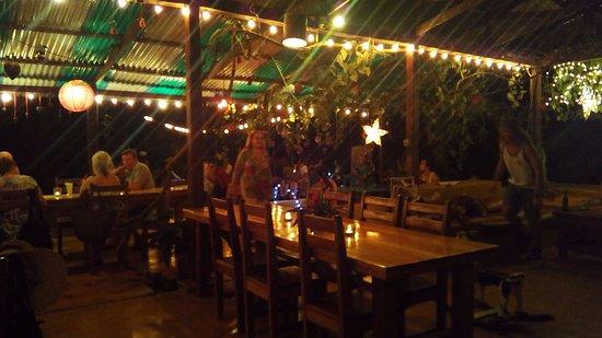 Buena Esperanza: Bar mit Weihnachtsbeleuchtung