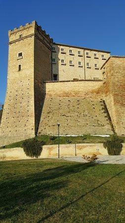 Loro Piceno, Italy: Vista esterna del Castello Brunforte