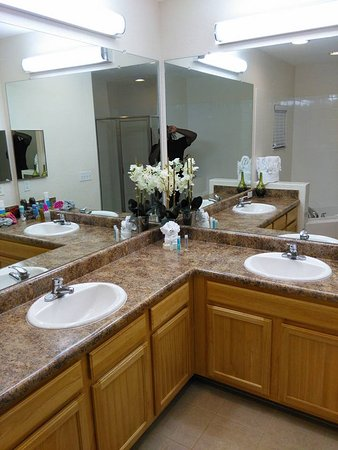 Caribe Cove Resort Orlando: The master bathroom was huge.