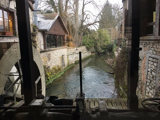 Dolancourt, França: Un aperçu de la rivière et de la roue du moulin