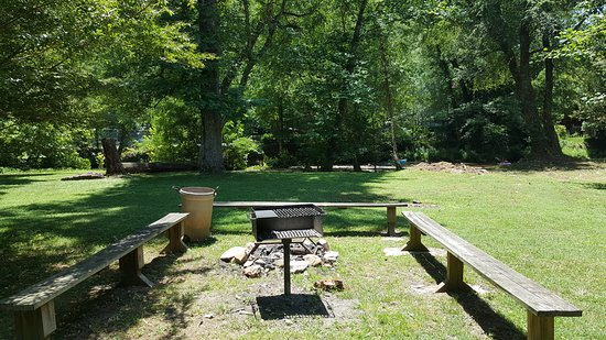 Riverbend Motel & Cabins: BBQ Grill