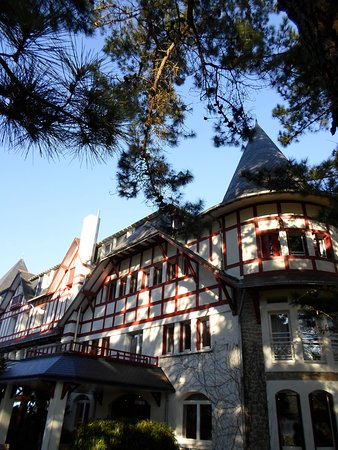 Hotel Les Pleiades - La Baule: Hôtel Les Pléiades ...joli parc de verdure ... proche de la mer ! et des rues cmmerçantes