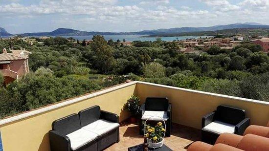 Pittulongu, Italy: Terrazza relax comune per gli ospiti fronte mare