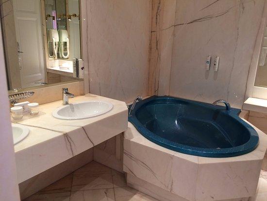 La salle de bain avec douche et baignoire - Picture of Hotel ...
