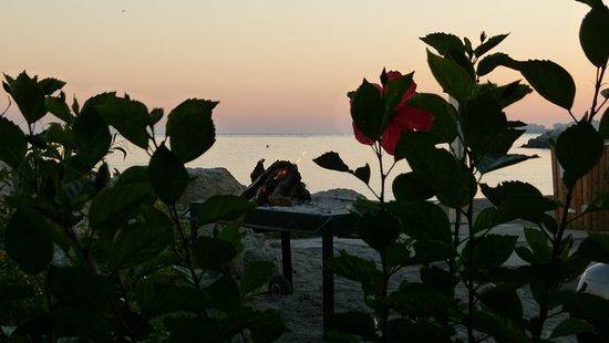 Caleta de Velez, Spanien: Blick über den Grill aufs Meer