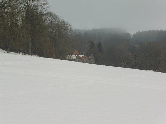 Jagdschloss Holzberg: nach der Loipe, taucht der Holzberghof wie im Märchen aus dem Nichts auf