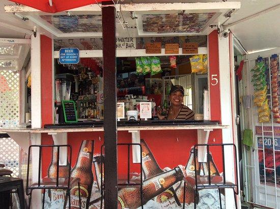 De Rock Beach Bar: Her lovely bar.