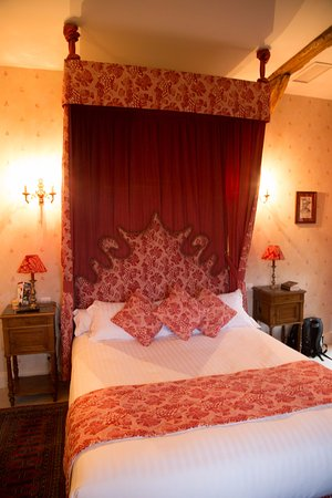 Noyant-de-Touraine, Γαλλία: Lovely comfy bed w/ excellent linens!