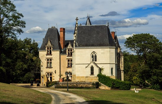 Noyant-de-Touraine, Francia: Approach to hotel.