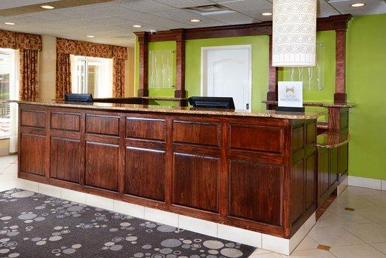 Hilton Garden Inn Raleigh Triangle Town Center: Front Desk