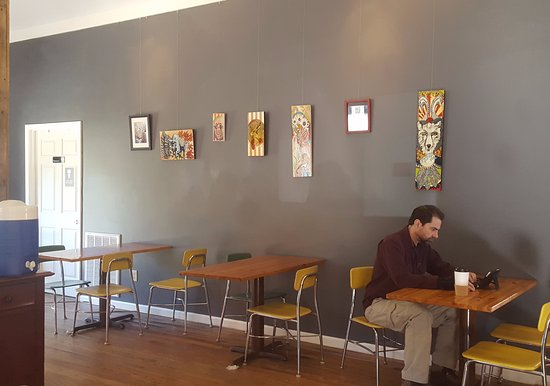 Fairview, Caroline du Nord : Seating near the coffee bar