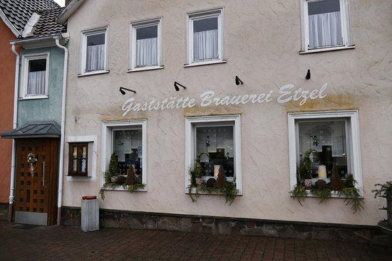 Amorbach, Γερμανία: Von außen wirkt das Restaurant Brauerei Etzel etwas unscheinbar.