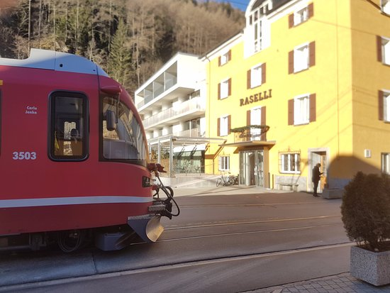 Le Prese, Switzerland: Berninaexpress vor der Haustür