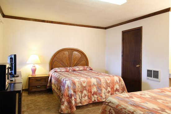 National 9 Country Inn Motel: Smoking Room: 2 Queen Beds