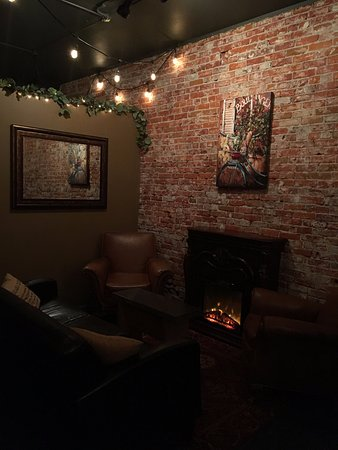Ellensburg, WA: come get cozy on the couch by the fire