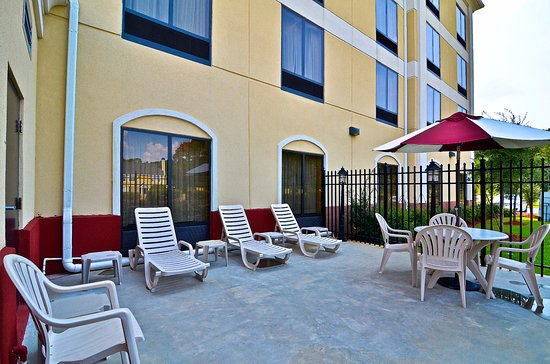 Comfort Suites Gateway: Patio area