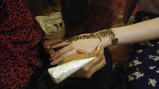 Henna tattoos bild von arabian adventures dubai for Henna tattoos locations